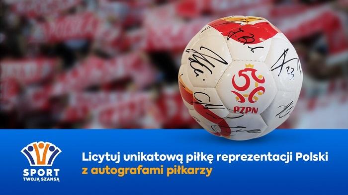 Ruszyła licytacja piłki z podpisami piłkarzy reprezentacji Polski.